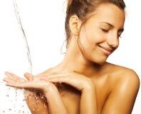 Kvinnlig med droppar av vatten på henne ren framsida Fotografering för Bildbyråer