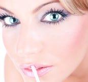 Kvinnlig med härlig makeup Arkivbilder