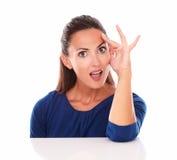 Kvinnlig med handen på pannan som ser förvånad Arkivfoton