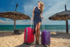 Kvinnlig med resväskor Arkivbilder