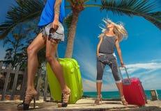Kvinnlig med resväskor Arkivbild