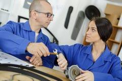 Kvinnlig mekaniker med skiftnyckeln royaltyfri bild