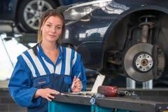 Kvinnlig mekaniker som arbetar på ett KVICKHETprov royaltyfri bild