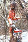 Kvinnlig metallstaty i skog Arkivfoto