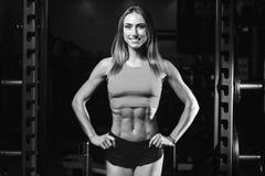 Kvinnlig modell för Caucasian sexig kondition i idrottshallslut upp abs Royaltyfri Foto