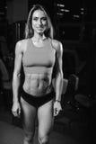 Kvinnlig modell för Caucasian sexig kondition i idrottshallslut upp abs Royaltyfri Fotografi