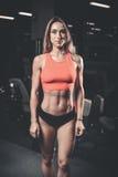 Kvinnlig modell för Caucasian sexig kondition i idrottshallslut upp abs Royaltyfria Foton