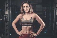 Kvinnlig modell för Caucasian sexig kondition i idrottshallslut upp abs Royaltyfri Bild
