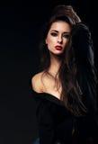 Kvinnlig modell för härlig glamour med långt brunt hår som poserar i bl fotografering för bildbyråer