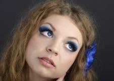 Kvinnlig modell för person med sinnliga kanter och uttrycksfulla ögonclos Arkivbild
