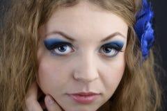 Kvinnlig modell för person med sinnliga kanter och uttrycksfulla ögonclos Royaltyfria Bilder