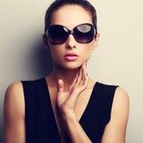 Kvinnlig modell för sexig glamour i moderiktiga solexponeringsglas med handen på fac royaltyfria foton