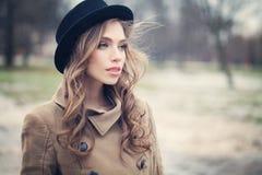 Kvinnlig modell för ung kvinna utomhus Sunt vända mot arkivbilder