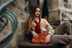 Kvinnlig modell In Fashionable Clothes som för mode poserar i gata arkivfoto