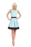 Kvinnlig modell i ljus - blått posera för klänning Royaltyfri Bild