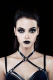 Kvinnlig modell med mörkt gotiskt smink royaltyfri bild