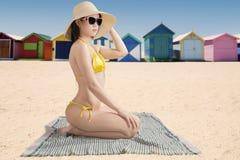 Kvinnlig modell med strandstugan Arkivfoton