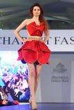 Kvinnlig modell på en rumänsk modeshow i den Bucharest staden Arkivfoto