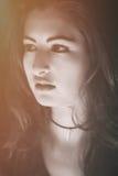 Kvinnlig modell som bort ser med ett intensivt uttryck Arkivfoton