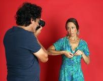 Kvinnlig modell som missbrukas av en fotograf Fotografering för Bildbyråer