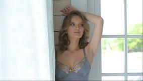 Kvinnlig modell som poserar i underkläder lager videofilmer
