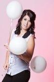 Kvinnlig modell som rymmer tre ballonger Arkivbild