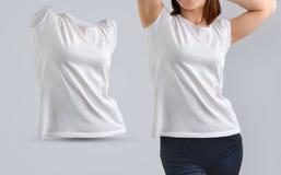 Kvinnlig modelluppsättning med den slanka unga kvinnan i den vita t-skjortan royaltyfria bilder