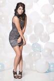 Kvinnlig modemodell som poserar med en ballongbakgrund Arkivbilder