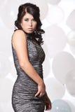 Kvinnlig modemodell som poserar med en ballongbakgrund Fotografering för Bildbyråer