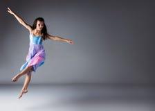 Kvinnlig modern dansare Royaltyfri Fotografi