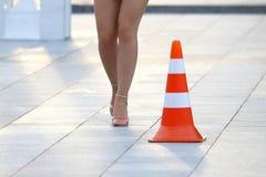 Kvinnlig nakenstudie lägger benen på ryggen bredvid ett reflekterande stående tecken royaltyfri fotografi