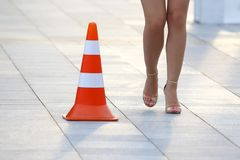 Kvinnlig nakenstudie lägger benen på ryggen bredvid ett reflekterande stående tecken arkivbild