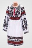 kvinnlig nationell folklore för klänningskjorta, en folk dräkt Ukraina, på bakgrund för grå vit Arkivfoton