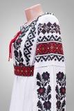 kvinnlig nationell folklore för klänningskjorta, en folk dräkt Ukraina, på bakgrund för grå vit Royaltyfri Fotografi