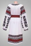 kvinnlig nationell folklore för klänningskjorta, en folk dräkt Ukraina, på bakgrund för grå vit Royaltyfria Bilder
