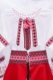 Kvinnlig nationell folklore för klänningskjorta, en folk dräkt Ukraina som isoleras på bakgrund för grå vit Royaltyfria Foton