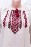 Kvinnlig nationell folklore för skjorta, en folk dräkt Ukraina, på bakgrund för grå vit Arkivfoton