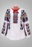 Kvinnlig nationell folklore för skjorta, en folk dräkt Ukraina, på bakgrund för grå vit Fotografering för Bildbyråer