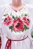 Kvinnlig nationell folklore för skjorta, en folk dräkt Ukraina, på bakgrund för grå vit Royaltyfri Foto