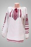 Kvinnlig nationell folklore för skjorta, en folk dräkt Ukraina som isoleras på bakgrund för grå vit Fotografering för Bildbyråer