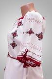 Kvinnlig nationell folklore för skjorta, en folk dräkt Ukraina som isoleras på bakgrund för grå vit Arkivbild