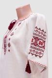 Kvinnlig nationell folklore för skjorta, en folk dräkt Ukraina som isoleras på bakgrund för grå vit Royaltyfri Foto