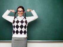 Kvinnlig nerd som visar henne muskler Royaltyfri Fotografi