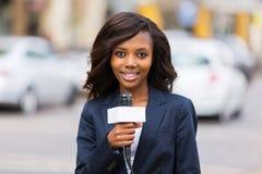 Kvinnlig nyheternareporter arkivfoto
