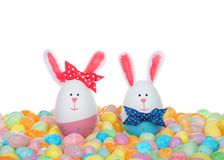 Kvinnlig och manliga kaniner för påskägg i gelébönor royaltyfria bilder