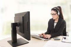Kvinnlig operatör för telefon för kundservice på arbetsplatsen arkivbild