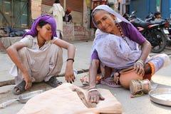 Kvinnlig ormcharmör Arkivfoto