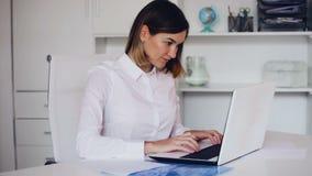 Kvinnlig på arbete i regeringsställning stock video