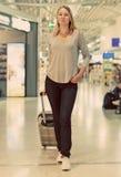 Kvinnlig passagerare med lopppåsen Royaltyfria Bilder