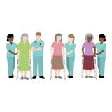 Kvinnlig patient för sjuksköterskaportion med en fotgängare Arkivbild